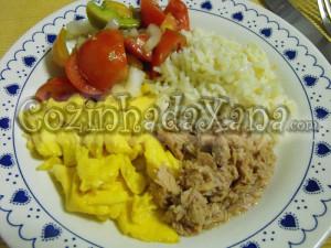 atum, ovos mexidos e arroz