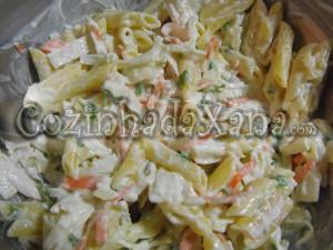 Salada de penne, delícias do mar e manjericão