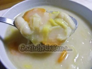 Sopa de feijão branco com alho-francês