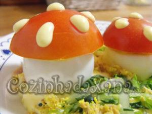 Ovos cozidos com atum e tomate