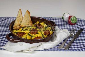 Ovos mexidos com alheira e espargos selvagens