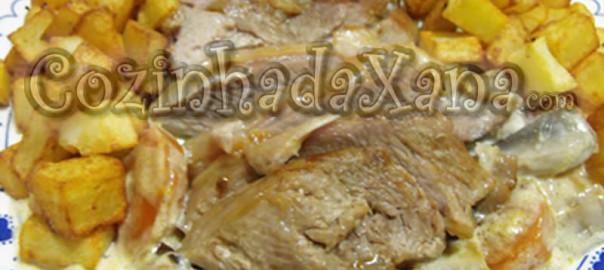 Perna de peru na panela com cogumelos e natas