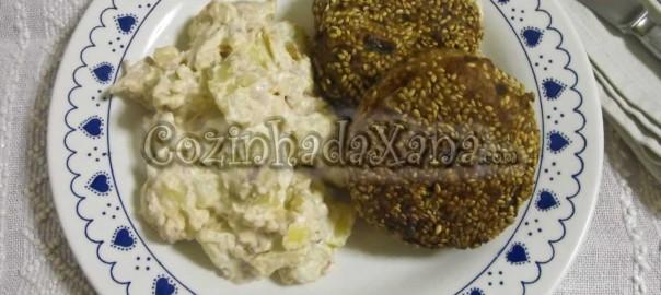 Bolinhos de atum com salada de batata