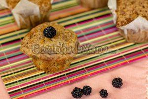 Muffins de banana e amora com crumble