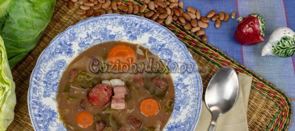 Sopa de feijão com couve